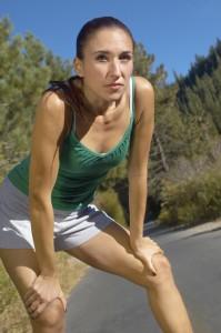 Gegen übermäßiges Schwitzen kann eine Hyperhidrosetherapie helfen.