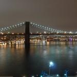 Eine der berühmten Brücken in New York bei Nacht.